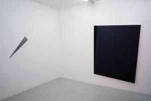 « Flèche », 2010, peinture sur aluminium, 84 x 16 cm – Ed. de 4 ; « Iceberg III », 2010, acrylique sur toile, 188 x 152 cm