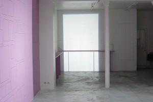 « Découpe de porte – Découpe similaire de lumière projetée, côte-à-côte (source au sol) sur le tracé, au mur, d'un accrochage type », 2004, projecteur à découpe