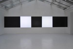 David Tremlett + Michel Verjux = « Suite au mur de trois plus deux (matière et lumière) », 2012 – exposition « light from matter, matter from light », galerie jean brolly, 2013