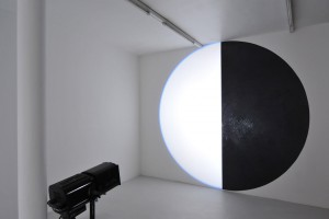 David Tremlett + Michel Verjux = « tondo mural, mi-matière mi-lumière », 2012 – exposition « light from matter, matter from light », galerie jean brolly, 2013