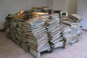« Piles à facettes », 2009 Portes et caissons de placards électriques, boule à facette tournante. 300 x 300 x 1700 cm – « Veilleurs du Monde », Maison des Arts Georges Pompidou, Cajarc