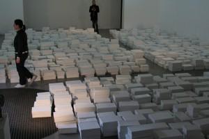 « Mise à plat », 2011. Carton, peinture. Surface au sol 200m2 H.60 cm Vue de l'exposition Plutôt que rien: démontages, Maison Populaire de Montreuil, 2011