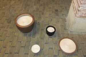 Sans titre – 2012, fil en coton, pots en terre cuite