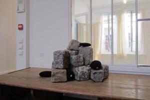 Sans titre – 1998, pavés, laine noire