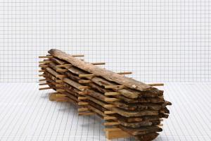 « Bille 01 (Les Arques) », 2010, reconstitution d'une bille, bois récupéré du plancher d'une étable, 200x50x50 cm. Prod. Les Ateliers des Arques
