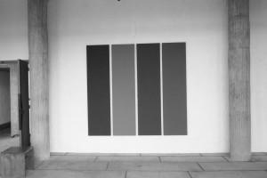 « 4 different greys », 1990, acrylique sur toile, 4 (216 x 54 cm) – vue Couvent de la Tourette, 2011