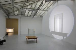 « vanité (grand verre sur table basse) », 2011, projecteur à découpe, table, vitrine – exposition « vanités », galerie jean brolly, 2009