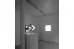 « carré de lumière au mur (source sur socle) », 2011, projecteur à découpe, socle – exposition « vanités », galerie jean brolly, 2009