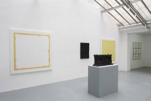 Au mur: « Eloge du Jaune de Naples », 2013, acrylique et crayon sur toile – 176 x 176 cm / « Calcination » – 1960, papier imprégné de résine vinylique et d'oxyde de fer noir, 92 x 65 7 cm