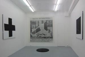 « Croix noire » et « Carré noir », 2013, acrylique sur tissu -120 x 120 cm – « Cercle noir », 2013, acrylique sur médium, diam. 90 cm – « La victoire sur le soleil », 2013, impression sur bâche, 240 x 240 cm