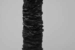 « Calcination », 1960, papier imprégné de résine vinylique et d'oxyde de fer noir, 73 x 22 x 12 cm