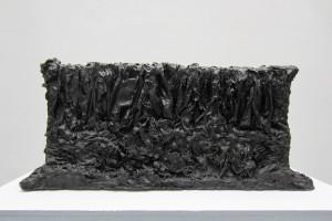 « Tombeau pour une Nymphe », 1960, papier imprégné de résine vinylique et oxyde de fer noir, 43 x 91 x 30 cm