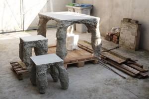 « TABLE 04 (Egletons) », 2014, table en béton coulé dans la terre, 80 x 120 x 75 cm – tabourets 40 x 40 x 45 cm – production résidence Lycée Pierre Caraminot.