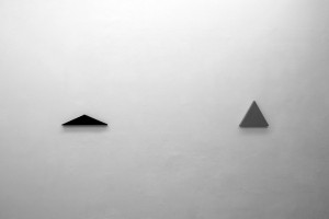 Triangle painting, 2014 – acrylique sur coton, 49,5 x 27 cm (ht. 11 cm) / Triangle painting, 2012 – acrylique sur coton, 31,5 x 31,5 cm