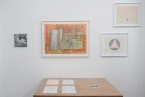 Nicolas Chardon, Cible (Roma), 2008 – Josef Hofer, San titre, 2012 – David Tremlett, Artic Circle, 1982 – Alan Charlton, Triangle painting, 2015 / Table: John Urho Kemp, Sans titre, ensemble (The pattern set), 1998 – David Scher, Sans titre, 2013