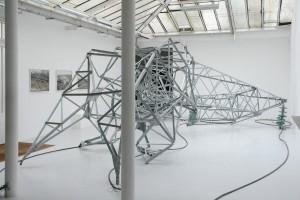 Pylone 02 (Québec), 2009, modèle au 2/3, acier galvanisé, verre, câbles – 555 x 720 x 230 cm. Production de la galerie Jean Brolly, acquisition du CNAP.
