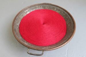 sans titre, 2016, fil de coton, récipient en laiton, 42 x 15 cm