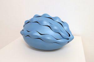 Roche bleue, 2017, grès et laque synthétique, 21 x 39 x 29 cm