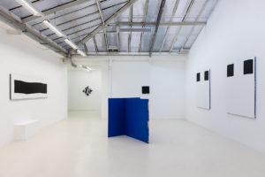 Bande, 2017 / Les pointes, 2017 / Carré maximum, 2017 / Stabile bleu, 2017 / Modèle, 2017 © Jean Nicoué
