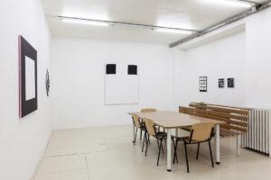 Carré blanc, 2017, acrylique su tissu, 100 x 100 cm / Modèle, 2017, acrylique sur tissu, 150 x 125 cm / Scenario, 2014 / Construction, 2017 – © Jean Nicoué
