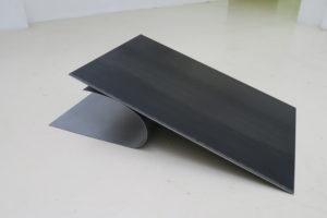 I/U #3, 2019, acier vernis, 37 x 137 x 78,5 cm