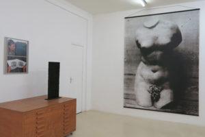 La lecture, 2018 , photographie couleur, 2 fois 30 x 40 cm (tirage unique) / Stèle, 1967, assemblage de caractères d'imprimerie en bois 74 x 27 x 5 cm / Aphrodite, 2009, jet d'encre sur PVC, 260 x 198 cm