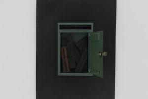 Boîte à lettres, 1963, assemblage de caractères d'imprimerie en bois dans boîte à lettres et bois , 64 x 48,5 x 8,5 cm (Collection particulière)