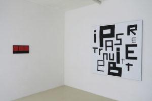 3 carrés rouges sur fond noir – 2019, acrylique sur tissu, 25 x 50 cm / Peinture abstraite dans le désordre- 2019, acrylique sur tissu - 160 x 160 cm