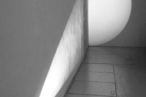 Michel Verjux * Poursuite en angle, mi-rasante mi-frontale C #3, 1990 projecteur à découpe – dimensions variables
